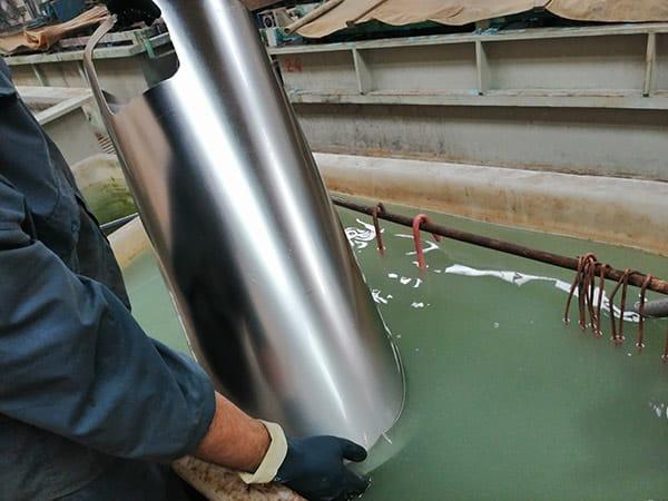 Electropulido de acero inoxidable. pieza despues del electropulido